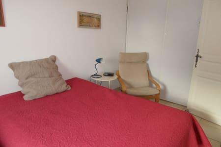 Chambre calme  de 15 m2 dans bastide provencale - Saint-Paul-Trois-Châteaux
