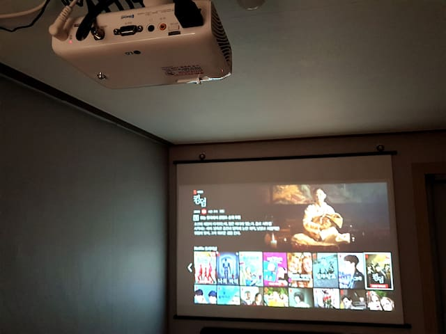 Good accessibility / Cozy studio / Beam projector