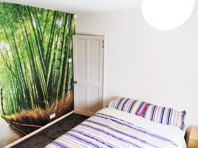 Double room nr Pinewood, Heathrow inc free Parking