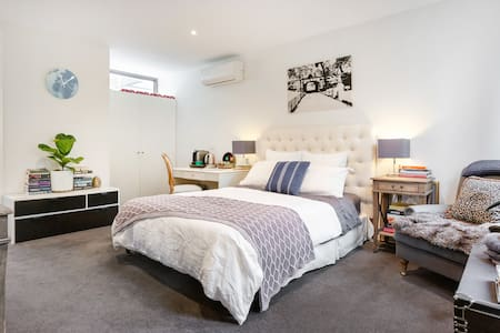 Bach Lane studio apartment, on the park in Fitzroy