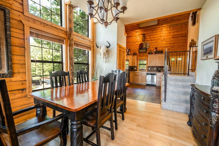 2 BR + King Loft, 2 Bath Luxury Cabin in Heart of Branson