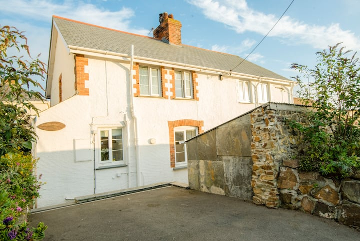 Lovely Bude Town Cottage Close to Beach, sleeps 4