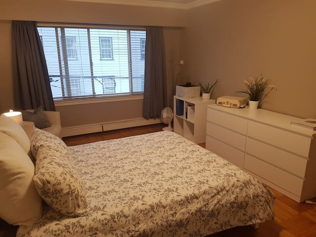 Bright spacious master bedroom close to Downtown