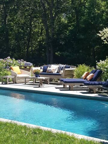 Relax in the Hamptons Queen