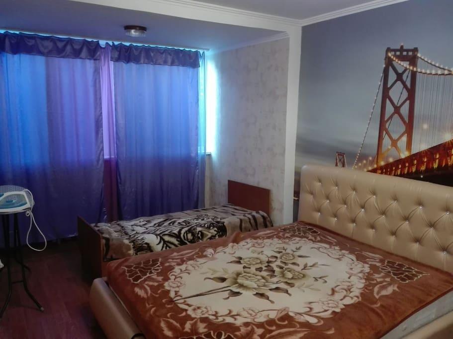 Комната 1. Большая двуспальная кровать+ односпальная.