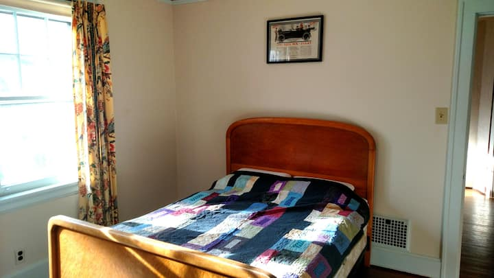 Med Students! Bright bedroom in historic home.