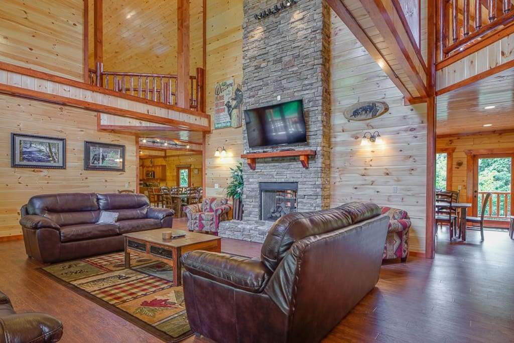 Numerous gathering spots - Each of the lodge's 3 floors has common areas where you can hang out together. With its double-height