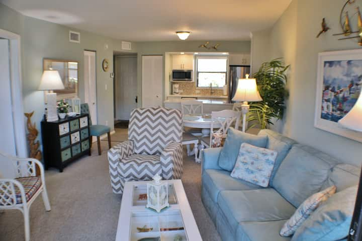 Bright and Cheerful Condo with tranquil garden views!