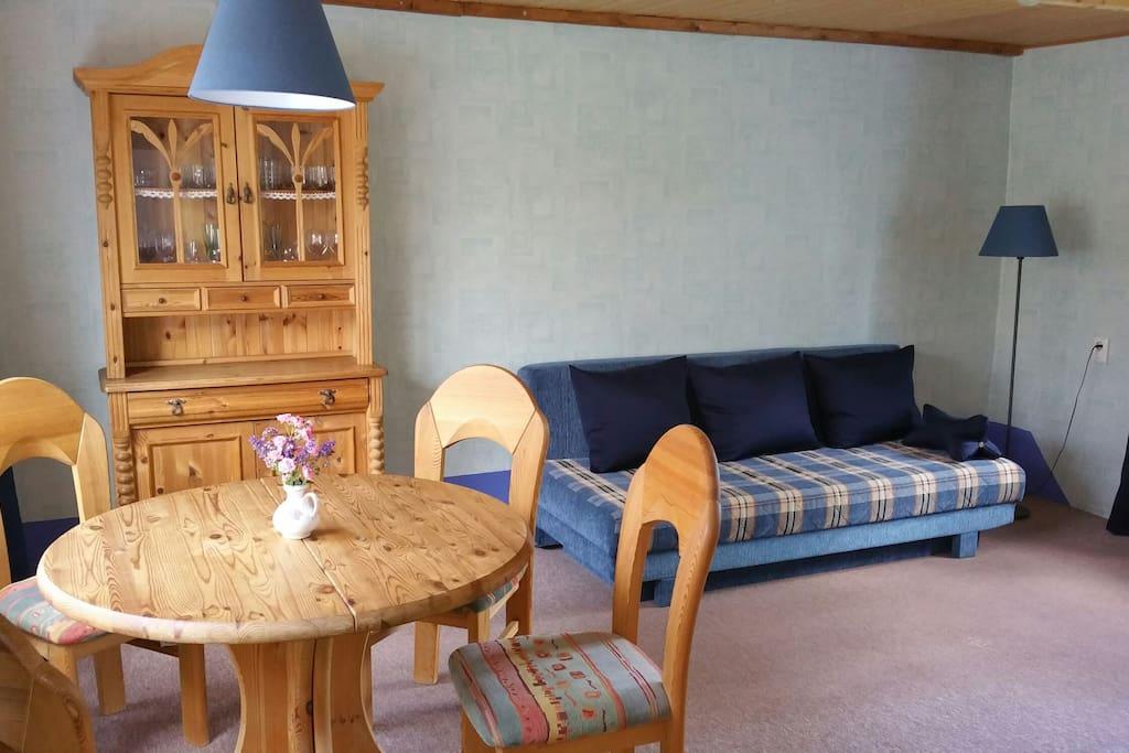 Das Wohnzimmer bietet das Ausklapp-Sofa einen Schlafplatz für 2.