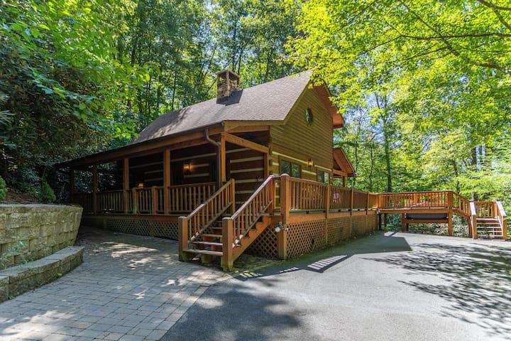 Hummingbird Hollow ~Cozy log cabin on 2 acres with hot tub & air hockey table!
