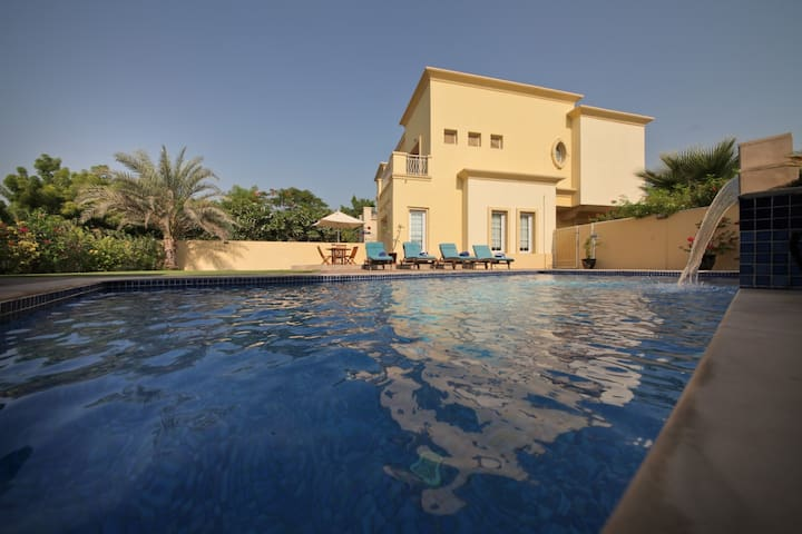 Luxury 4 Bed Villa, Private Pool, 8mins from Beach