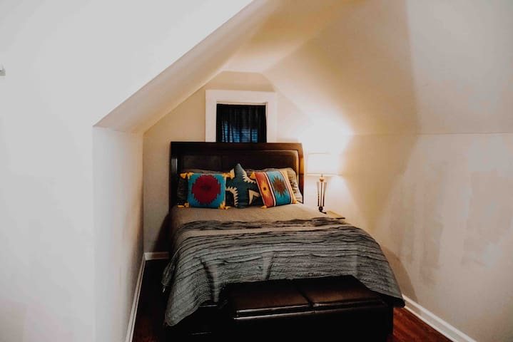 UPsTaIrS apt- great location!
