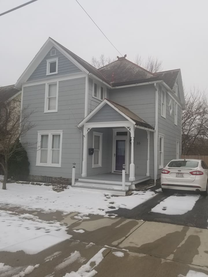 3 bedroom minutes from historic downtown Delaware.