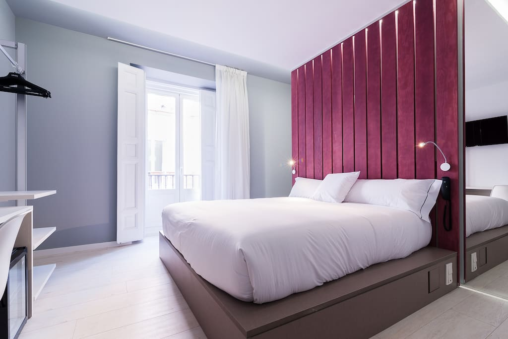 Bonita habitación exterior con cama de matrimonio de 180x200cm, escritorio, Tv, WiFi y ducha privada