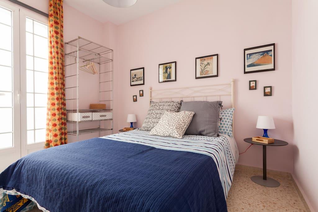 Dormitorio segundo, con cabecera de forja y cama de 135x190