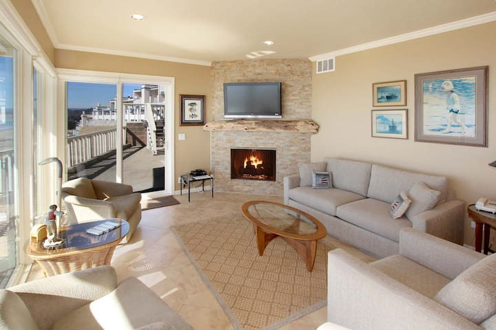 Beachfront Condo with Pool & 180-Degree Bay View