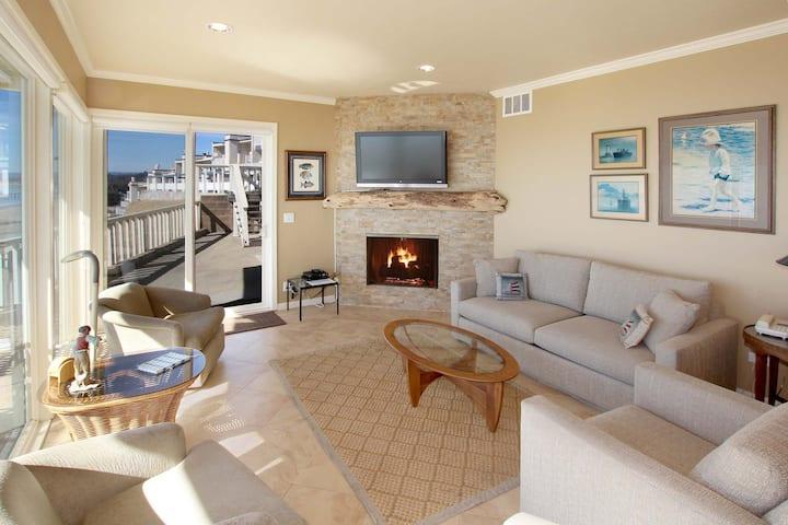 Beachfront Condo with Pool & 180-Degree Bay View