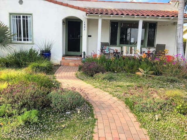Lovely Holiday Beach Cottage w/ boards and bikes