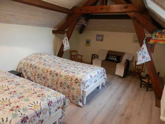 seconde chambre de l'étage avec lits jumeaux de 90 cm