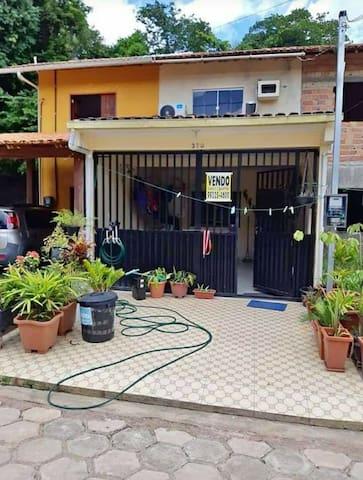 Casa com um quarto e uma suite e com garagem