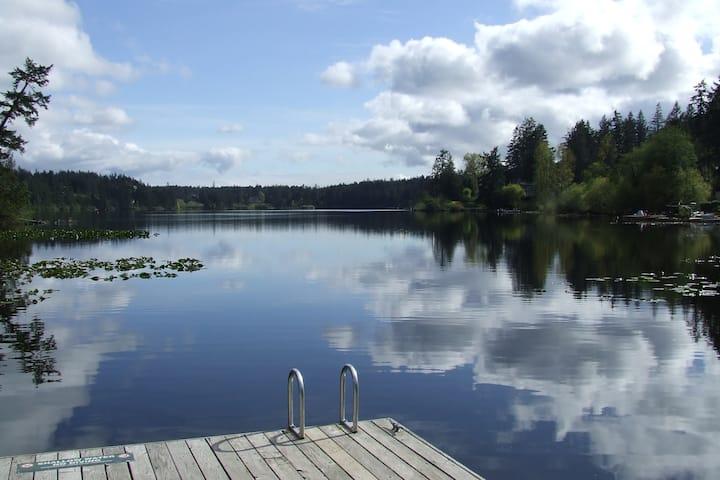 Cozy Log Cabin CLOSE to Prospect Lake & Butchart