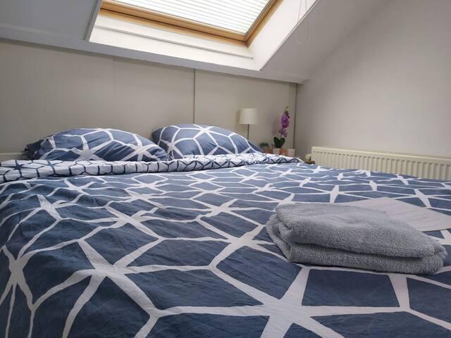 Comfortabele ruime zolderkamer