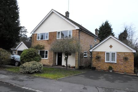 double room with en-suite in a quiet road . - Crowthorne - Hus