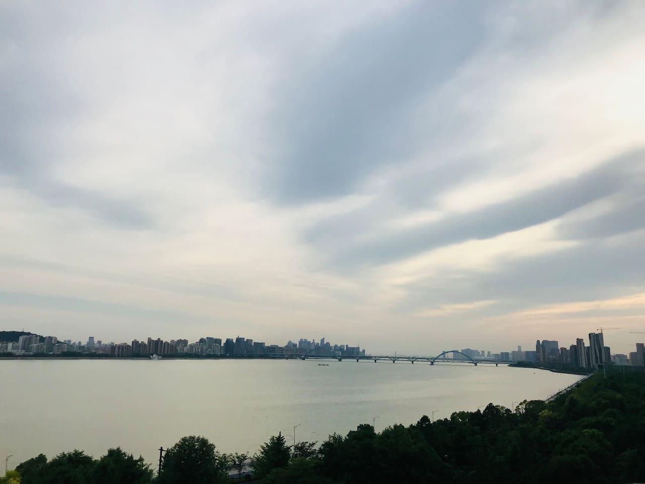小区江边景色