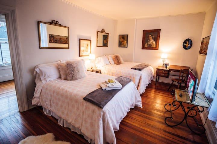 Huge Luxe Dbl Suite Seneca Falls Historic Mansion
