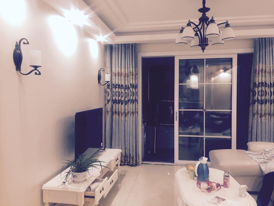 客厅 整洁明亮 你可以在阳台晒太阳呦