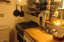 Please use the shared kitchen freely. There are seasoning and oil.共用のキッチンはご自由に使っていただけます。置いてある調味料や油はご自由にお使いください。