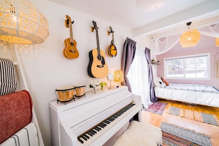 FUNKY DOWNTOWN 1BR W/ PIANO, GUITAR, DECK, VIEWS