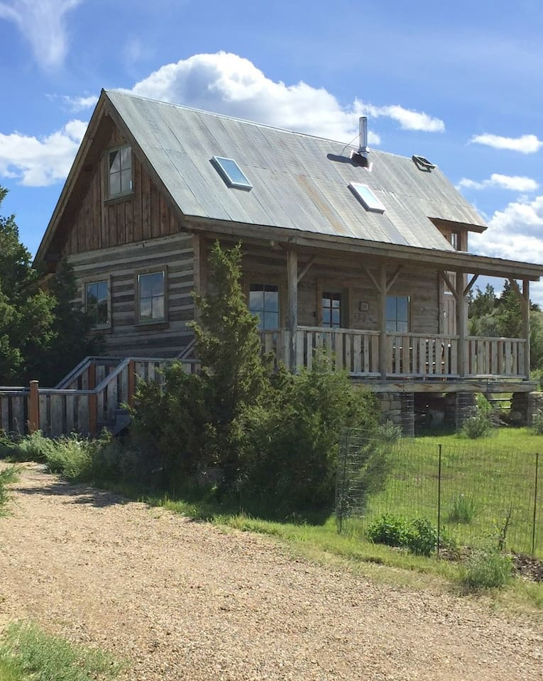 1880's homesteader's log cabin; only a two minute drive from downtown