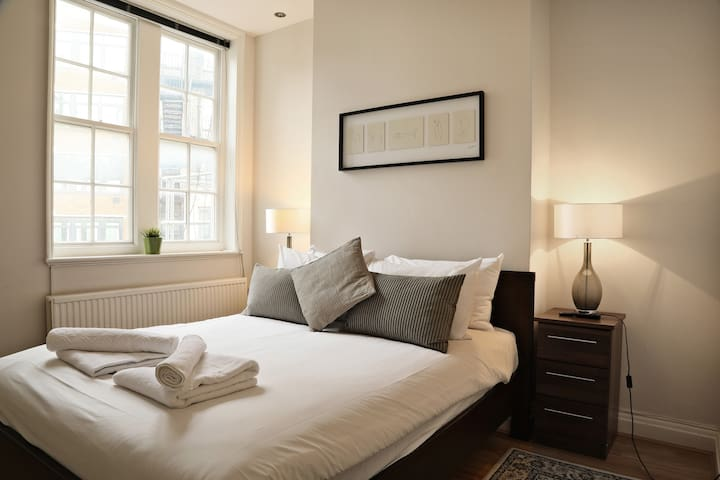 London Mayfair by ROOMY, Two Bedroom Flat
