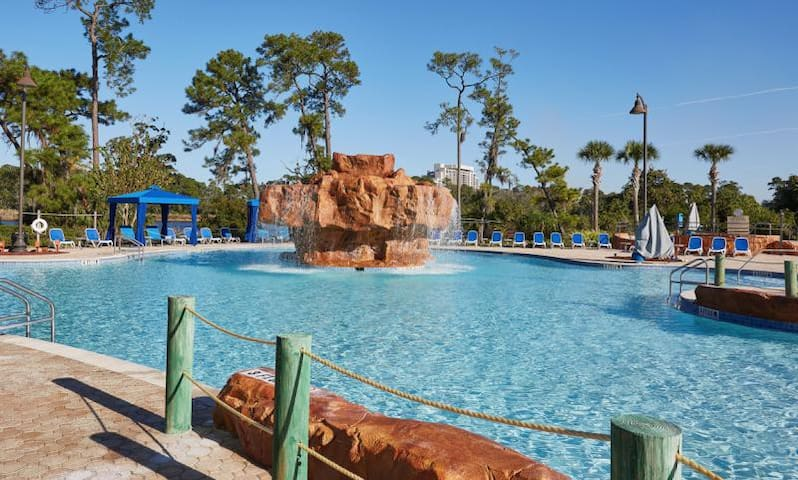 MINUTES TO DISNEY, UNIT FOR 4! POOLS, TENNIS, GYM!