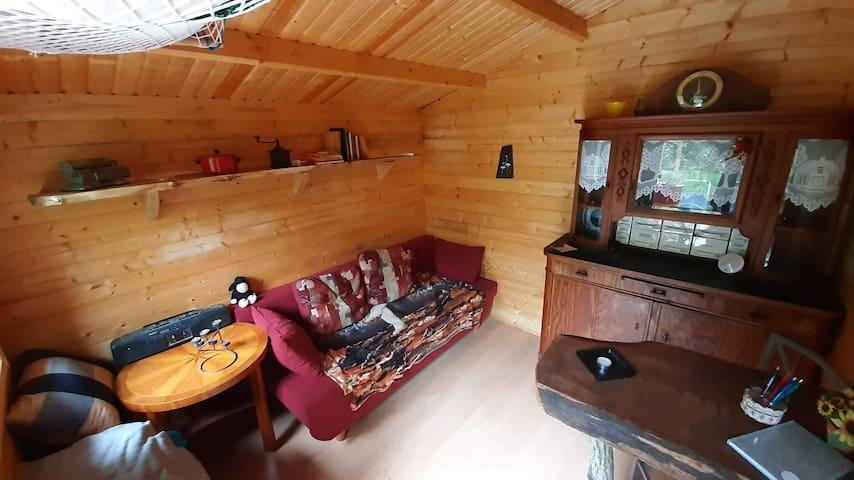 Rustikal und praktisch eingerichtet...in der Hütte gibt es eine Schlafcouch zum ausklappen (1,40m x 2m)