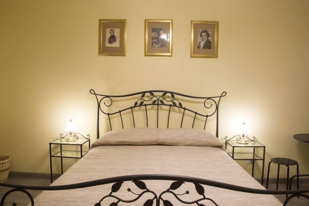 Altra vista del grande letto in stile classico