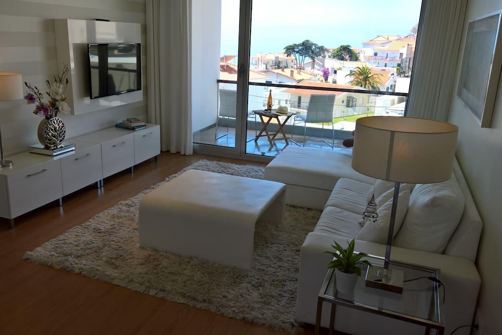 Wohnraum mit TV und Blick auf beide Balkons
