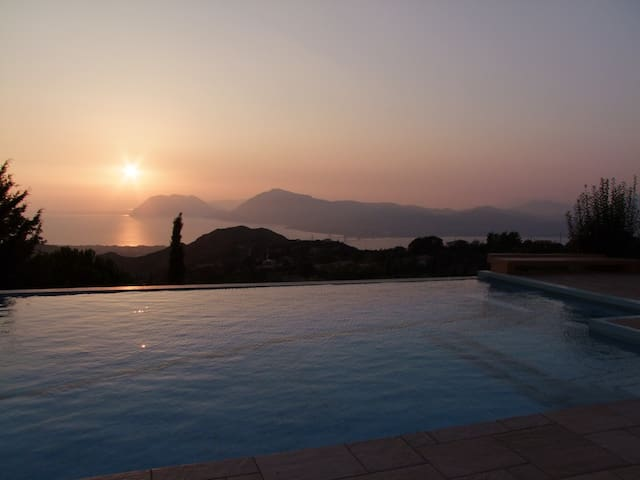 Breathtaking sunset & sea view while in the pool - Ano Kastritsi - Dům