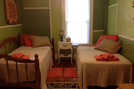 Circa 1800s  Cozy Twin Beds With Shared Bath - Somerset - Hus