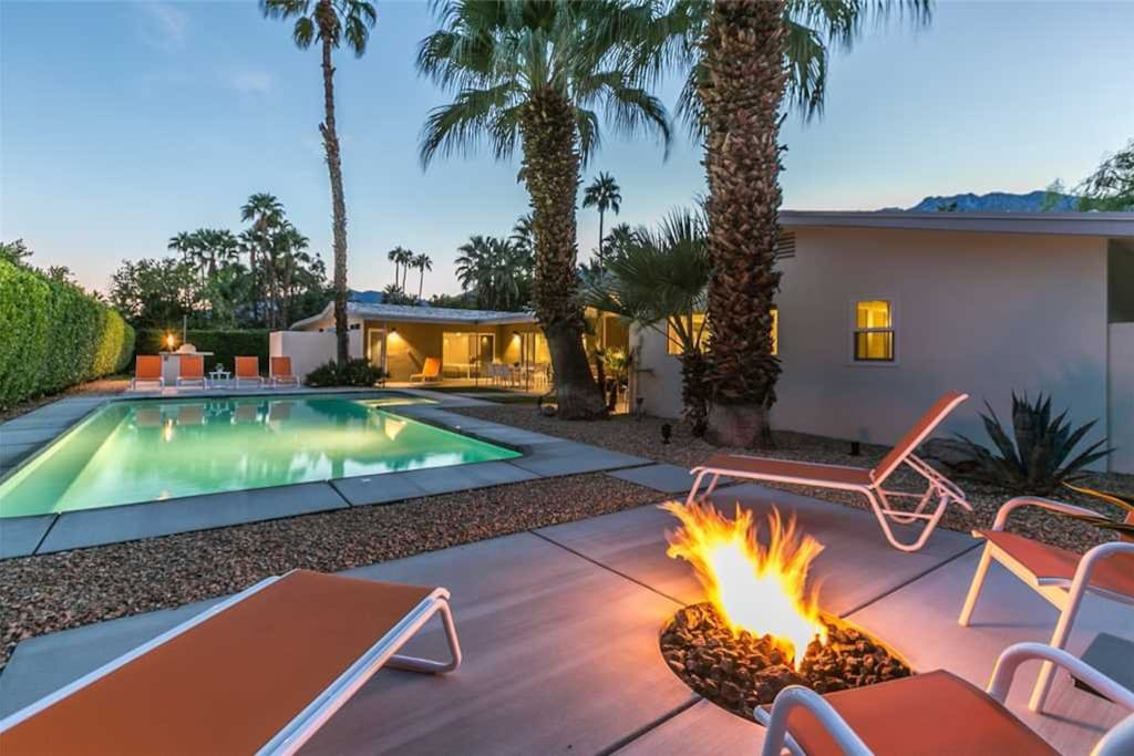 FIREPIT AT TWILIGHT - HOUSE OF 57 - PALM SPRINGS VACATION RENTAL POOL HOME