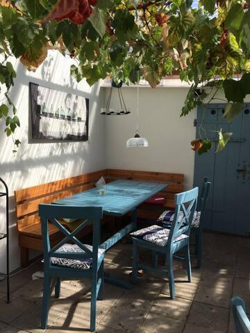 Das ist unsere Laube und Sommerküche. Die wird 'KnackLounge' genannt, weil bei Temperaturveränderung das Dach immer anfängt zu knacken. Im Sommer unser zweites Wohnzimmer.