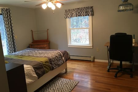 QUIET ST; PRIVATE BED & BATH, Near UMASS and St Vs - Boylston - House