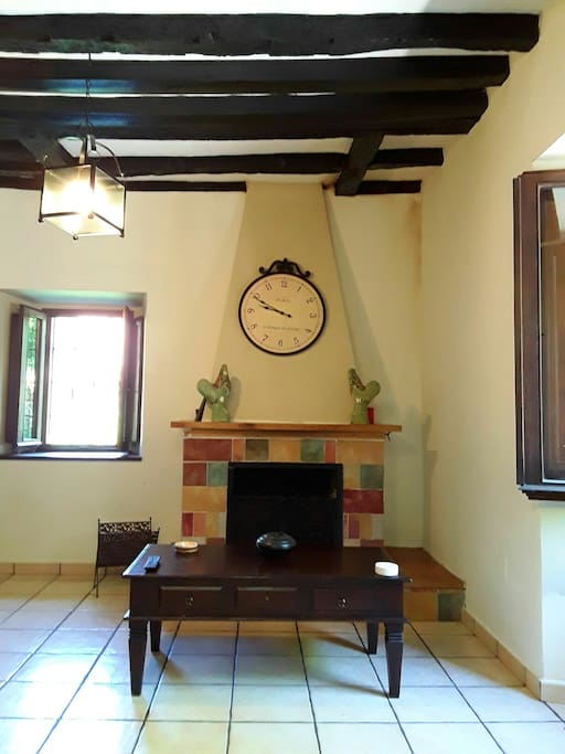 La sala, con chimenea.   Fireplace at sitting room