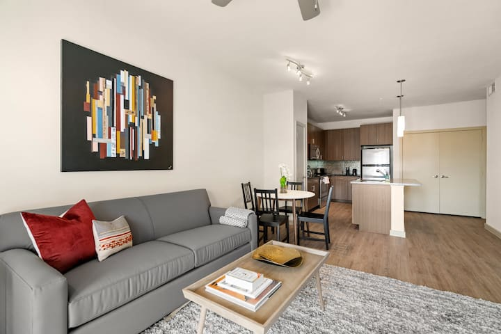 Kasa | Dallas | Exquisite 1BD/1BA Medical District Apartment