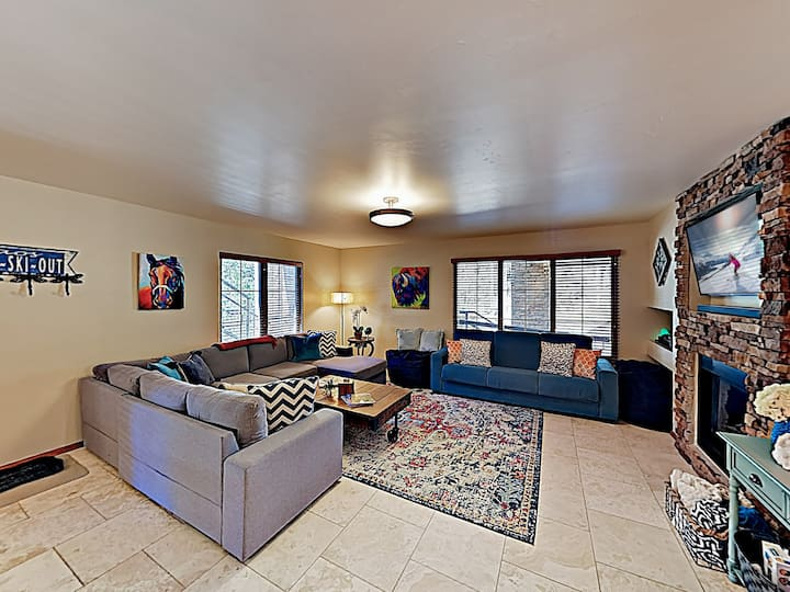 Sophisticated Mountain-View Condo - Walk to Lift!