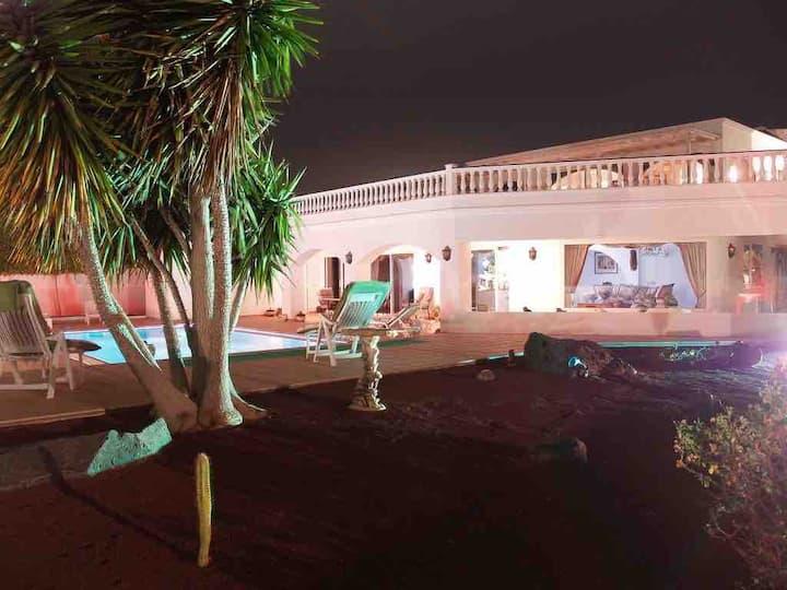 Mansión de Arcos en Puerto Calero Lanzarote palmas