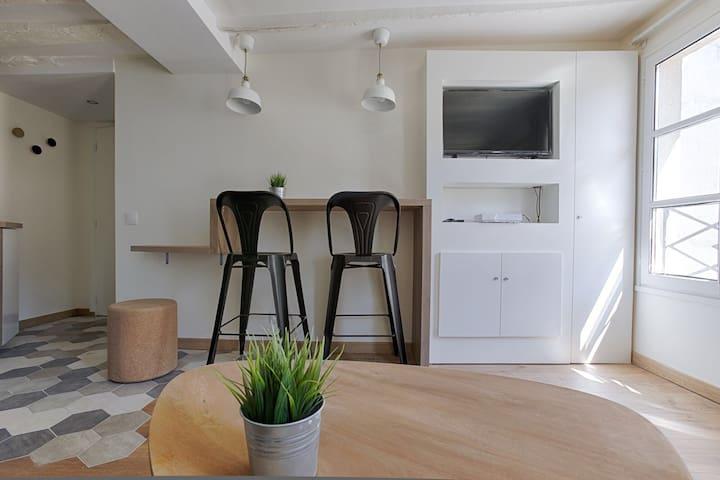 Coin détente avec TV et Table à manger // Entertainement area with TV + Dinning table