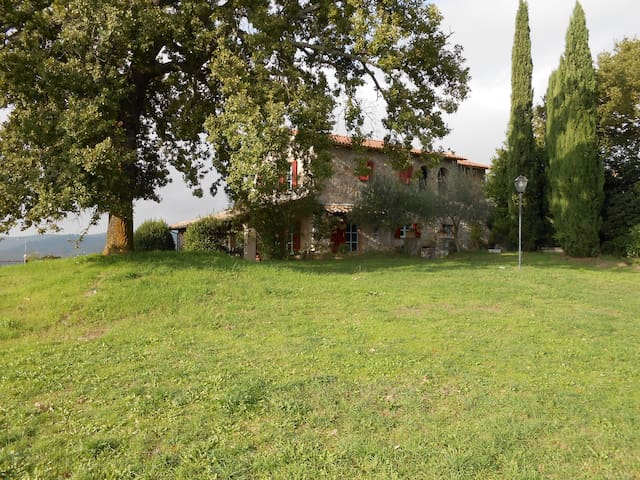 Stone property in Todi with a superb view