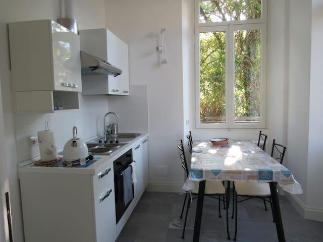 Villa Peachey in Stresa. Intero piano con giardino